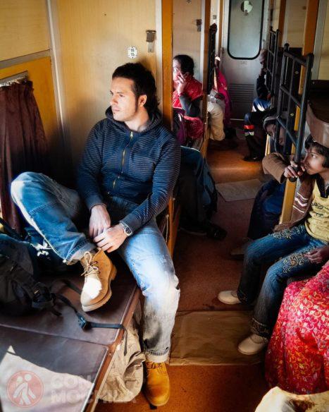 Toni en un vagón sleeper class