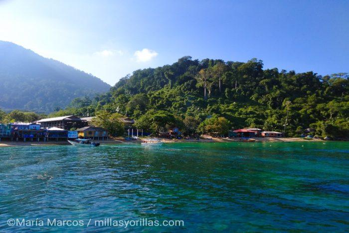 Las islas tropicales antes de ser seleccionadas como destinos turísticos, son islas con pequeñas cabañas de pescadores y lugareños con vida tranquila.