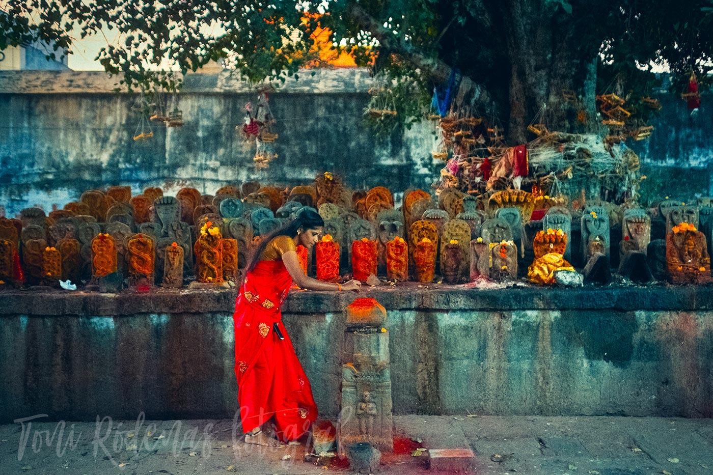 Relato divergente. El sari rojo