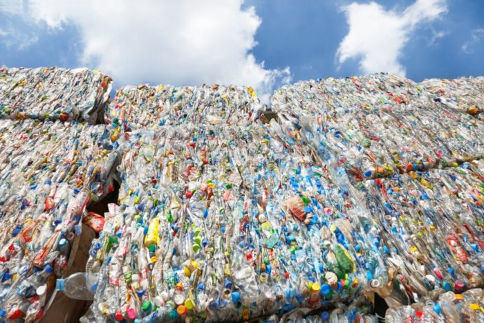 La política de China que restringe las importaciones de 24 tipos de desechos sólidos, incluidos los desechos plásticos, entra en vigor en enero 2018.