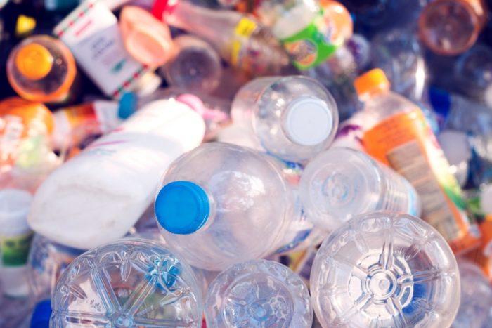 La mayoría de los plásticos contienen polímeros que se entrecruzan para formar un enlace químico irreversible y por lo tanto son infundibles y no reciclables.