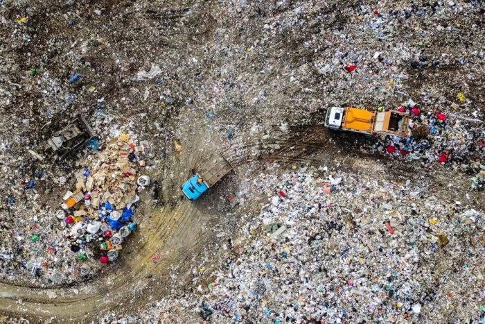 Las imágenes satelitales y los drones demuestran que los vertederos han aumentado en el último año.