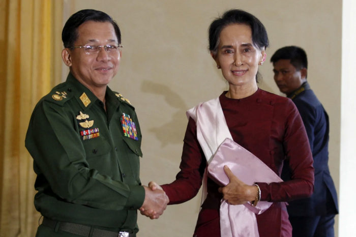 El general Min Aung Hlaing, en 2015, junto a Aung San Suu Kyi en su pimera victoria electoral.