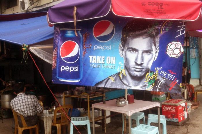 Yangón pasó de tener mecanógrafos en las calles a colgar anuncios de marcas internacionales.