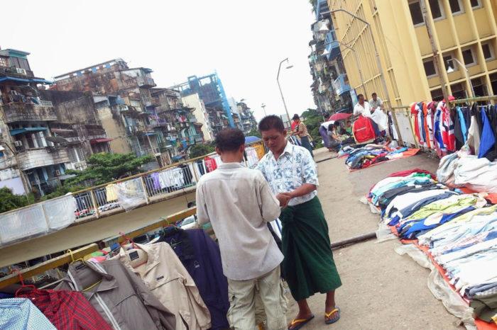 Mercadillo en un paso elevado de Yangón, en los primeros tiempos de la apertura.
