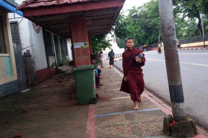 Un monje en el centro de Yangón.