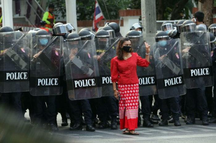 Una mujer birmana protesta en Bangkok contra el golpe de Estado en su país.