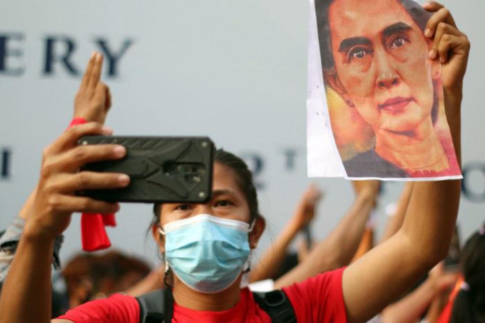 Los inmigrantes birmanos en Bangkok se manifiestan usando imágenes de Suu Kyi.