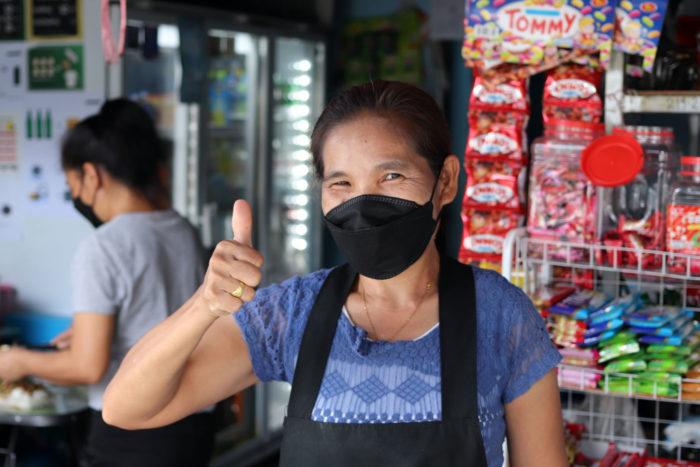 Vendedora tailandesa comida callejera